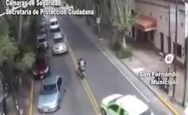 Escapaba de Patrullas Municipales, subió su moto a una plaza y fue detenido tras resbalar en un túnel