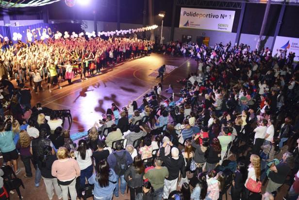 """Miles de personas bailaron en la """"Fiesta Retro"""" de los Polideportivos de San Fernando"""