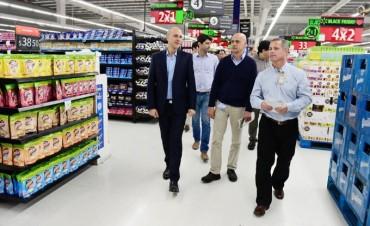 Santiago Aparicio recorrió las renovadas instalaciones del Walmart