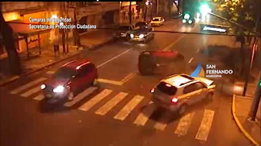 San Fernando: Fuerte choque y vuelco con rápida asistencia