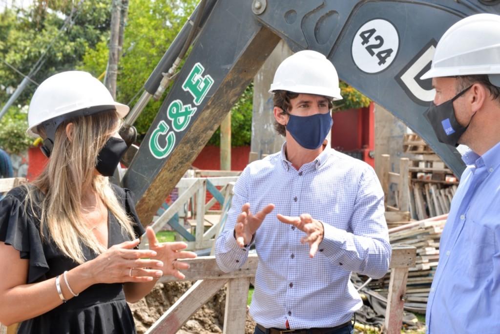 Juan Andreotti y Malena Galmarini supervisaron la instalación de conductos cloacales en el barrio Mil Viviendas