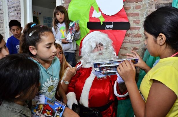 Papá Noel entregó regalos y visitó las UDI, los CEIM y el Taller Protegido de San Fernando