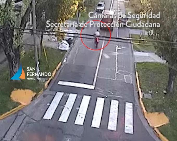 San Fernando: violento choque entre una moto y un auto, con un herido
