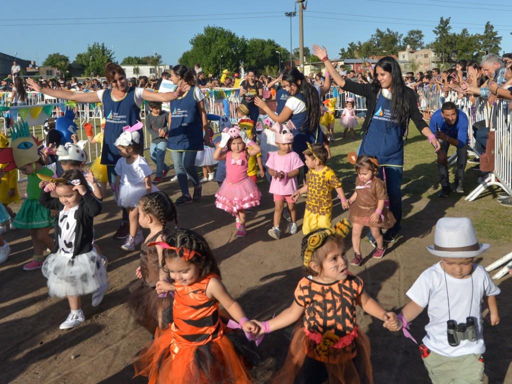 Desfilaron chicos y carrozas de los Jardines Maternales de San Fernando, con todas sus familias