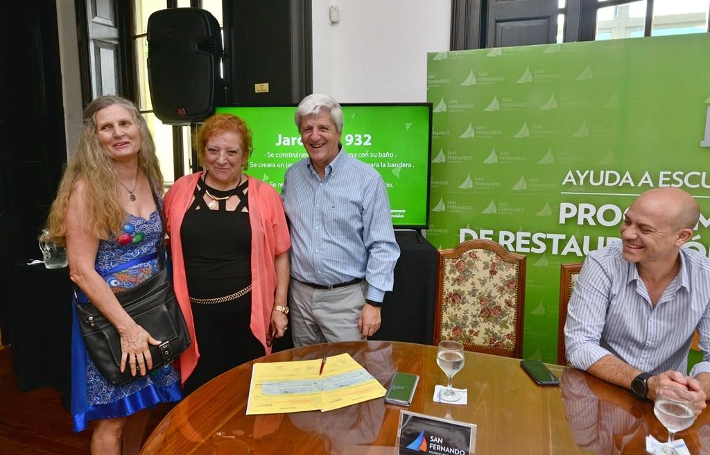 Luis Andreotti entrega un subsidio para obras en las Escuelas N° 31 y 32