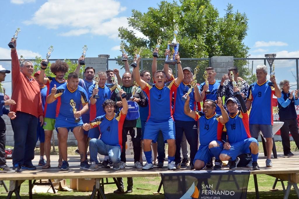 Cientos de jugadores de la Liga Municipal de Fútbol para Veteranos recibieron sus trofeos