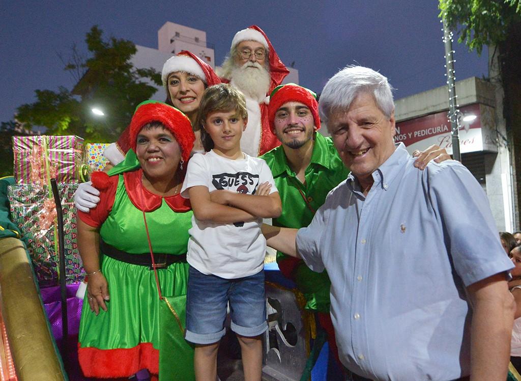 Cientos de familias de Victoria participaron del segundo Desfile de Navidad