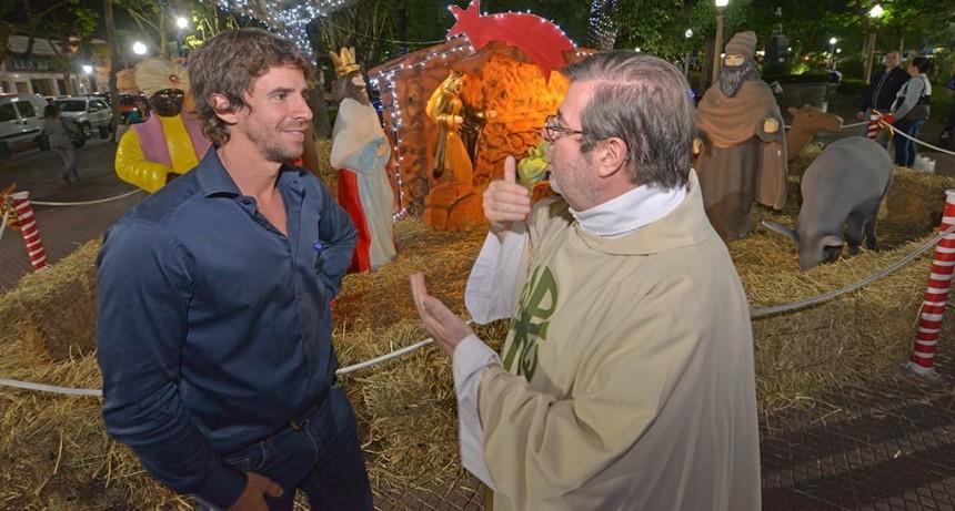 San Fernando armó un árbol de Navidad y un Pesebre en la Plaza Mitre