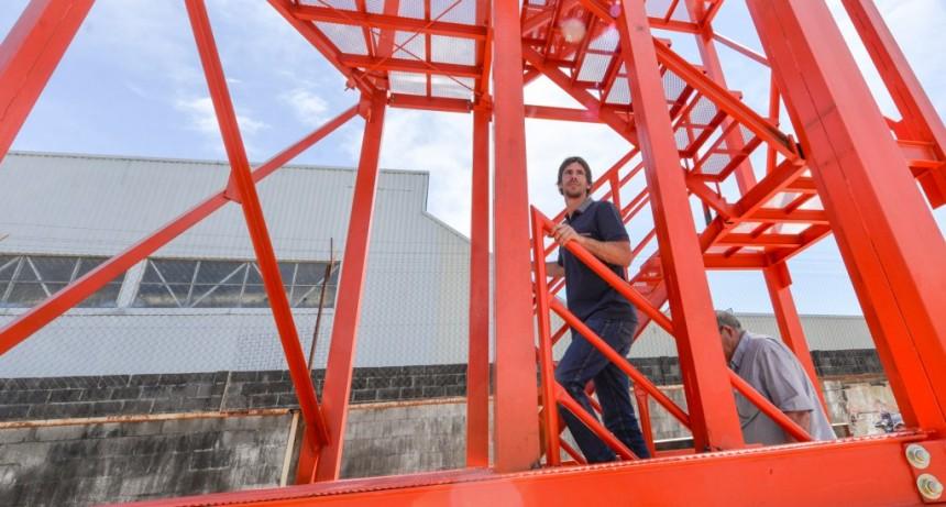 Andreotti supervisó la colocación de una moderna torre de entrenamiento del Cuartel de Bomberos